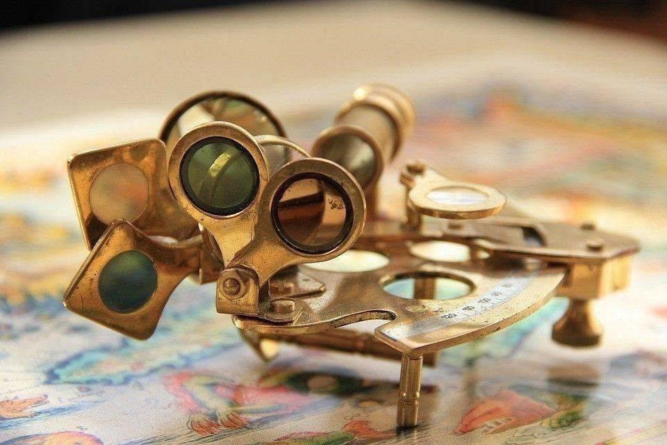 Interdyscyplinarne zabawy nawigacyjne na mapach morskich
